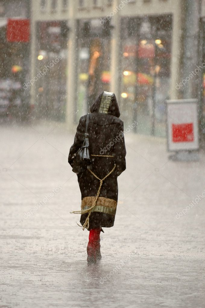 A womman is walking alone in the rain. Blury because of the rain. — Stock Photo #3520753