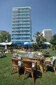Jardín y hotel — Foto de Stock
