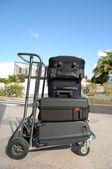 多くのスーツケースをカートします。 — ストック写真