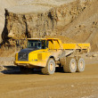 Foto Stock: Yellow dump truck in mine
