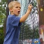 en arg ung pojke skriker — Stockfoto