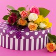 Foto Stock: Colorful roses and birthday present