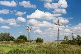 Molinos de viento en paisaje de verano — Foto de Stock