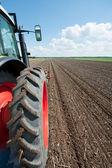 трактор в полях — Стоковое фото