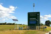 太阳能电池板和道路标志 — 图库照片