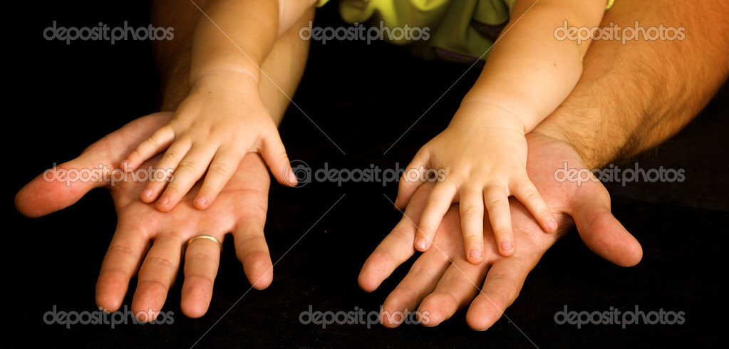 Daughter holds the hand of the father — Stock Photo #2836770