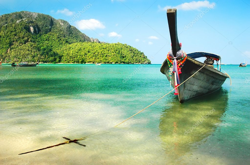 Wooden boat moored on the beach of the island of Phi Phi, Thailand — Stock Photo #3413531