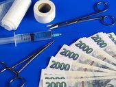 Tschechische kronen und operationsinstrumente — Stockfoto