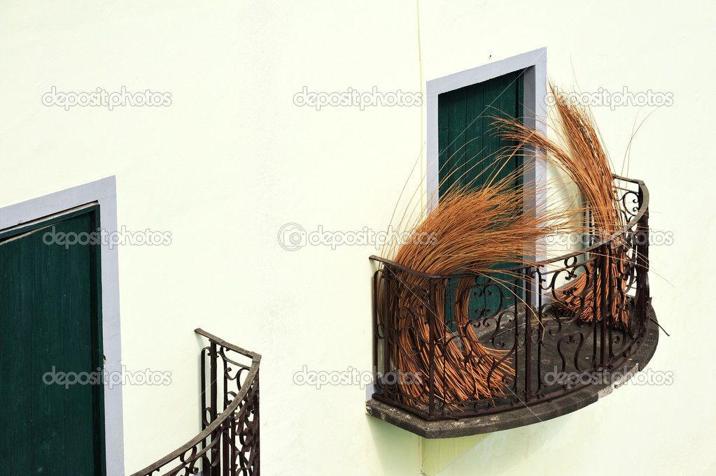 Balcony at old house in Madeira with package of wicker — Zdjęcie stockowe #3351412