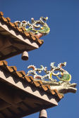 Traditional Chinese Dragons decorating the temple roof — Stock Photo