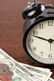 目覚まし時計とお金 — ストック写真