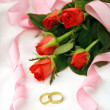 Wedding arrangement with roses and rings — Stock Photo