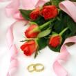 Svatební aranžmá s růží a prstýnky — Stock fotografie