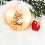 pallina di Natale con scatola regalo — Foto Stock