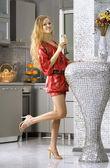 Glad kvinna klädd i röd klänning — Stockfoto