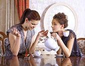 Iki kız arkadaş çay içmek — Stok fotoğraf