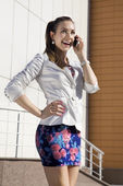 Woman speaks on telephone — Stockfoto