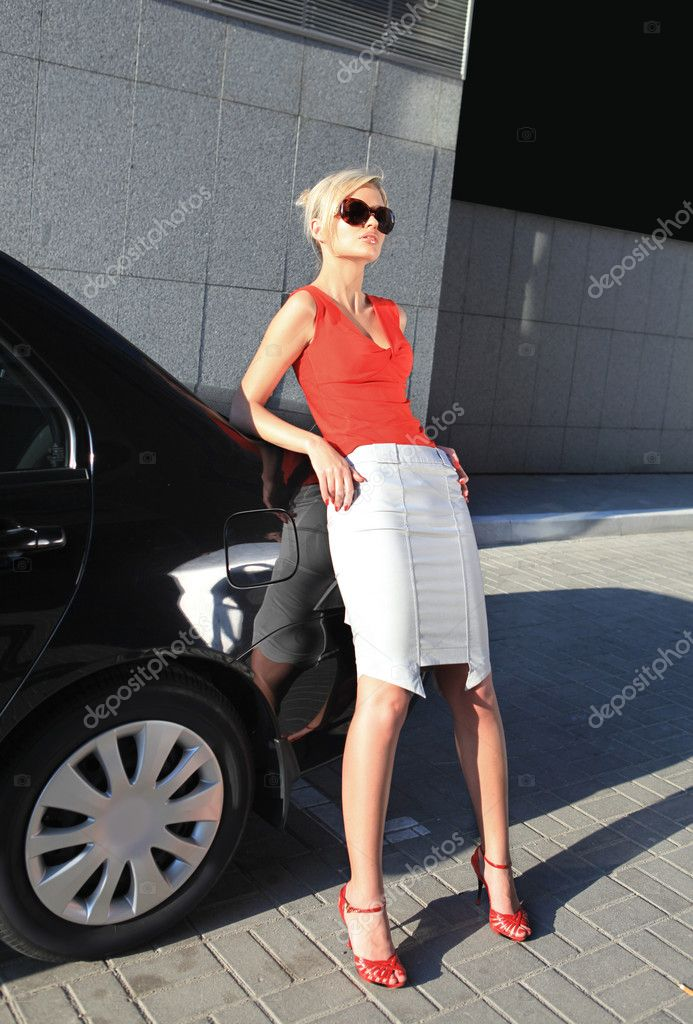 Blonde businesswoman near black car in the city — Stok fotoğraf #3325200