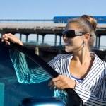 这辆车附近的太阳镜的女人 — 图库照片