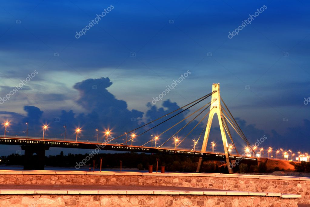 Moskovsky bridge across Dnepr river in Kiev city at night — Stock Photo #3558079
