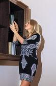 Kvinna söker efter boken — Stockfoto