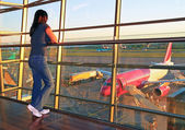 Woman waiting for a plane on airport — Stock Photo