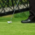 bater bola de golfe homem — Foto Stock