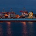 navire de charge lors du chargement dans le port — Photo