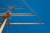 Mast and yards of a wind-powered vessel — Stock Photo