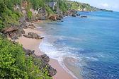 海岸巴厘岛有关的乌鲁瓦图庙. — 图库照片