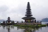 Bali. ett tempel av bratan巴厘岛。一座寺庙的火山. — Stockfoto