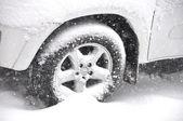 Auto im Schnee — Stockfoto