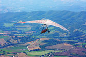 Hang glider flying in the mountains — Stock Photo