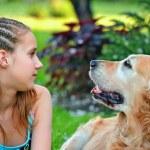 jovencita y su amiga un perro — Foto de Stock