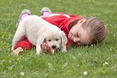 Little happy girl with puppy — 图库照片