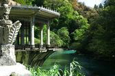 亭上河的银行 — 图库照片