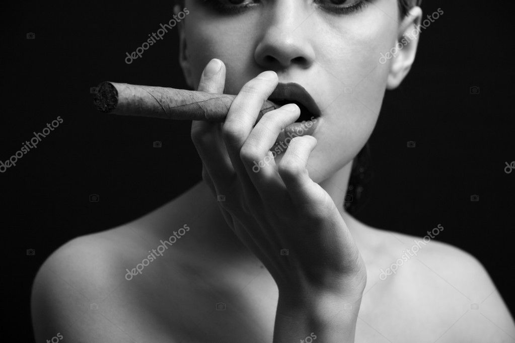Portrait of elegant smoking woman. Fashion photo — Stock Photo #2724196
