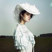 ヴィンテージのドレスを着た女性 — ストック写真