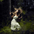 flicka i fairy forest — Stockfoto