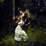 Девушка в сказочном лесу — Стоковое фото
