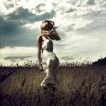 hoppa kvinnor i vete fält — Stockfoto