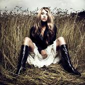 Blondýnka v pšenici — Stock fotografie