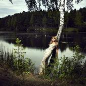 Meisje en rivier — Stockfoto