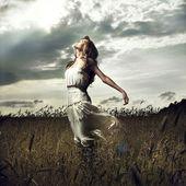 Saltar as mulheres no campo de trigo — Foto Stock