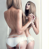 Seductive girl in the mirror — Stockfoto