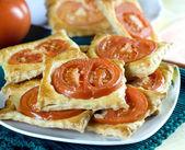 Färska flagnande bakade med tomater — Stockfoto
