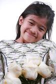 Rosas brancas de exploração de criança asiática — Fotografia Stock