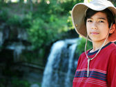 Young boy standing nect to water fall — Stock Photo