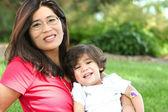 Matka a dítě chlapec seděl na trávníku — ストック写真