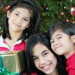 παρουσιάζει τρεις αδελφές χαρούμενος με τα Χριστούγεννα — Φωτογραφία Αρχείου
